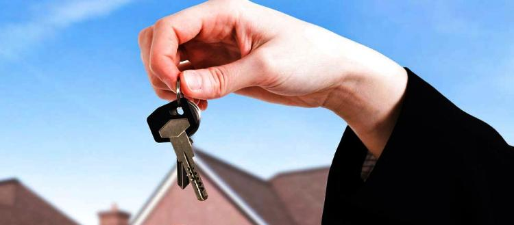 Nel caso di compravendita di un appartamento che è stato in precedenza concesso in locazione, l'acquirente subentra in tutti i diritti che il venditore aveva maturato nei confronti dell'inquilino