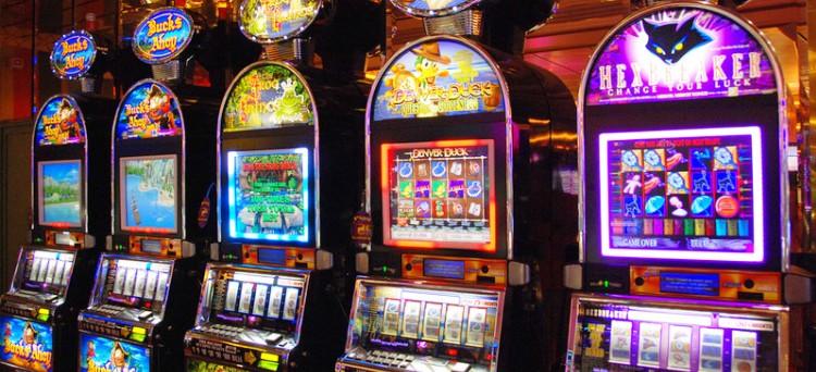 Il gestore di bar che, d'accordo e in concorso con il concessionario, trasforma i videogiochi in slot machine rischia una condanna per frode informatica ma non può essere incriminato per il più grave delitto di peculato