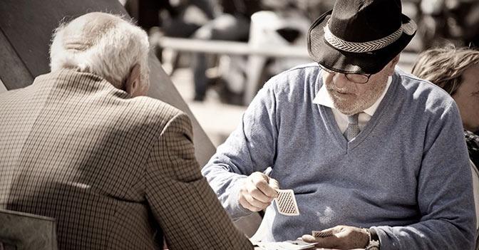Una piccola guida per capire a quanti anni è possibile accedere alla pensione di vecchiaia con le nuove regole, come viene calcolata la pensione e quanti contributi bisogna aver maturato
