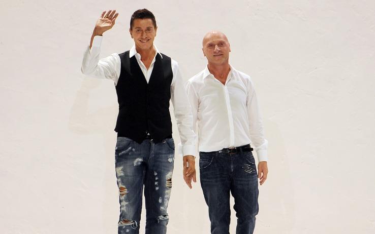 Domenico Dolce e Stefano Gabbana sono stati condannati a un anno e otto mesi di reclusione, con la sospensione condizionale della pena, per la presunta evasione fiscale di 200 milioni di euro