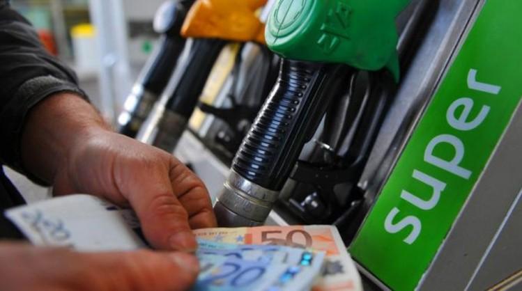 Il prezzo alla pompa della benzina venduta in Italia è, dopo quello praticato in Olanda, il più alto nell'area dell'euro