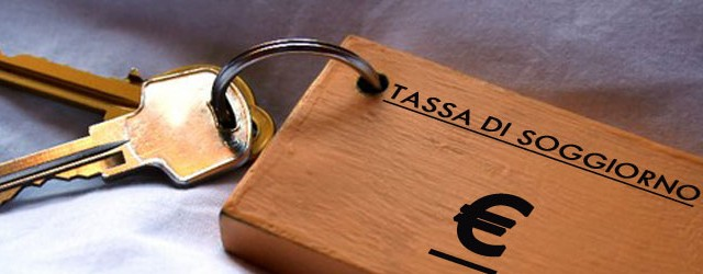 I Comuni della Sicilia possono istituire l'imposta di soggiorno e al gestore dell'albergo non può essere applicata la sanzione tributaria del 30 per cento