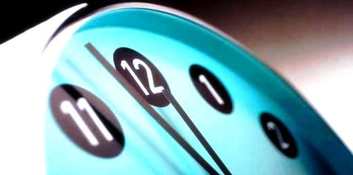 Legittimo il licenziamento di chi si reca ripetutamente tardi al lavoro falsificando l'orario di ingresso