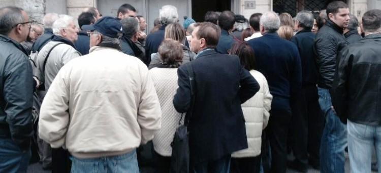 In tutta Italia si moltiplicano le segnalazioni di disagi e proteste dei cittadini che cercano di versare la terza rata tra risse, svenimenti e file kilometriche