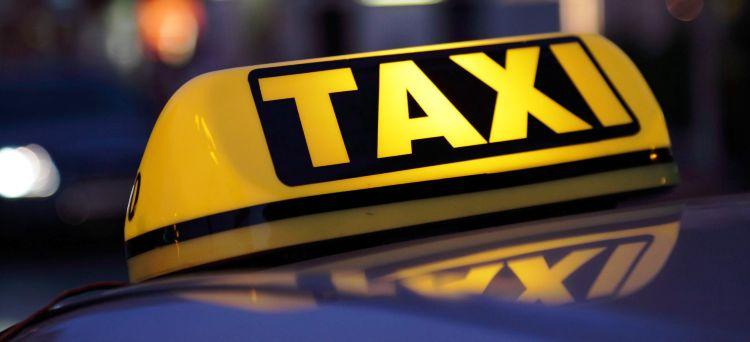 La plusvalenza derivante dalla cessione della licenza di un taxi all'interno del medesimo nucleo familiare non è cessione di azienda e non costituisce reddito fiscalmente imponibile