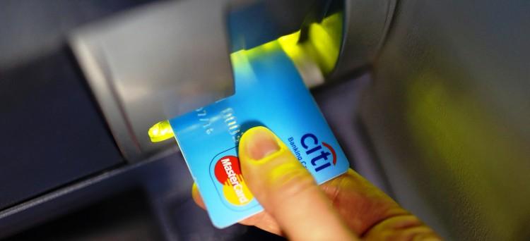 Tassa sul bancomat corretta: non ci sarà la sanzione dal 10 al 50% delle somme prelevate dai conti bancari non giustificate dalle aziende