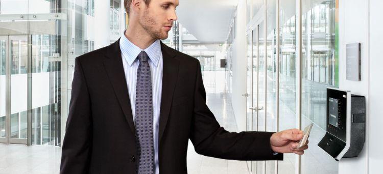 Costiituisce giusta causa di licenziamento il comportamento fraudolento del lavoratore che timbra intenzionalmente il cartellino al posto di un collega che sapeva essere assente dal lavoro