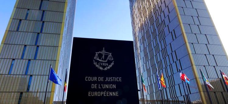 L'obbligo di emettere fatture transfrontaliere esclusivamente in una lingua specifica, a pena di nullità, viola il diritto dell'Unione